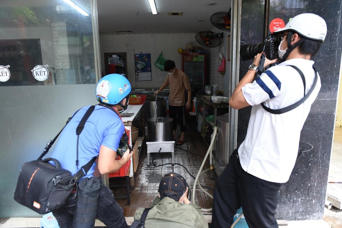 Hàng quán ở Hà Nội mở cửa, chỉ bán mang về ảnh 11