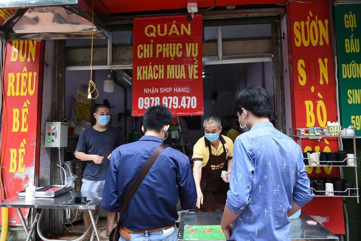 Hàng quán ở Hà Nội mở cửa, chỉ bán mang về ảnh 7