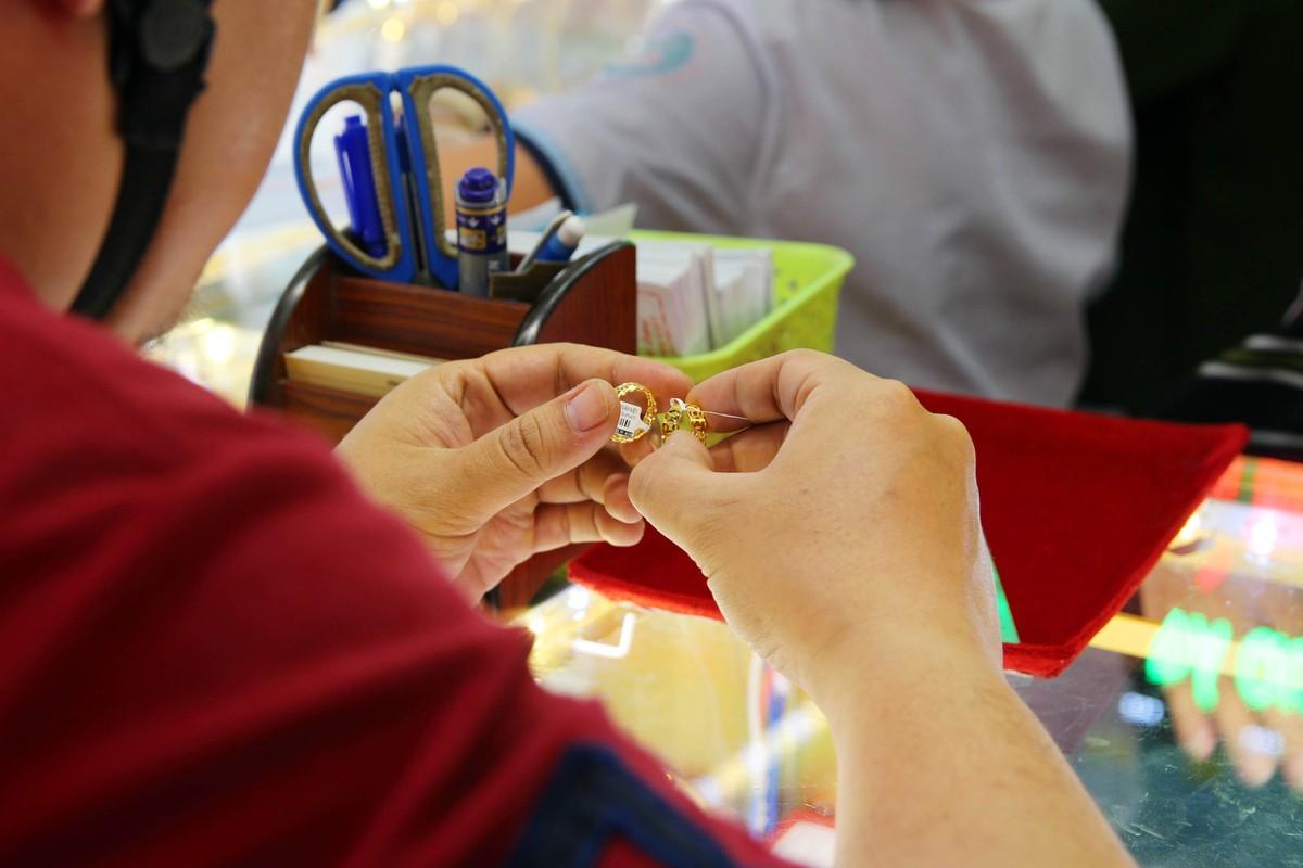 Phố vàng bạc tại TP.HCM vắng vẻ ngày Thần Tài ảnh 7