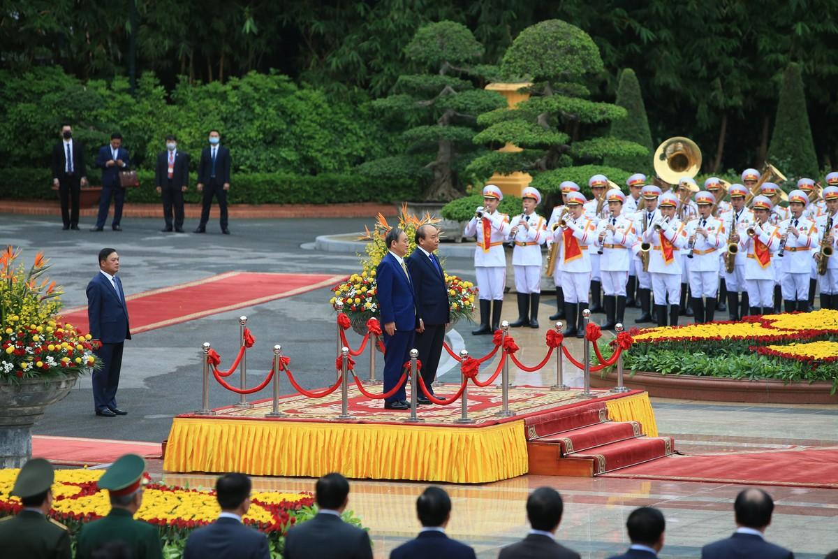 Thủ tướng Nguyễn Xuân Phúc chủ trì lễ đón Thủ tướng Nhật Bản ảnh 1