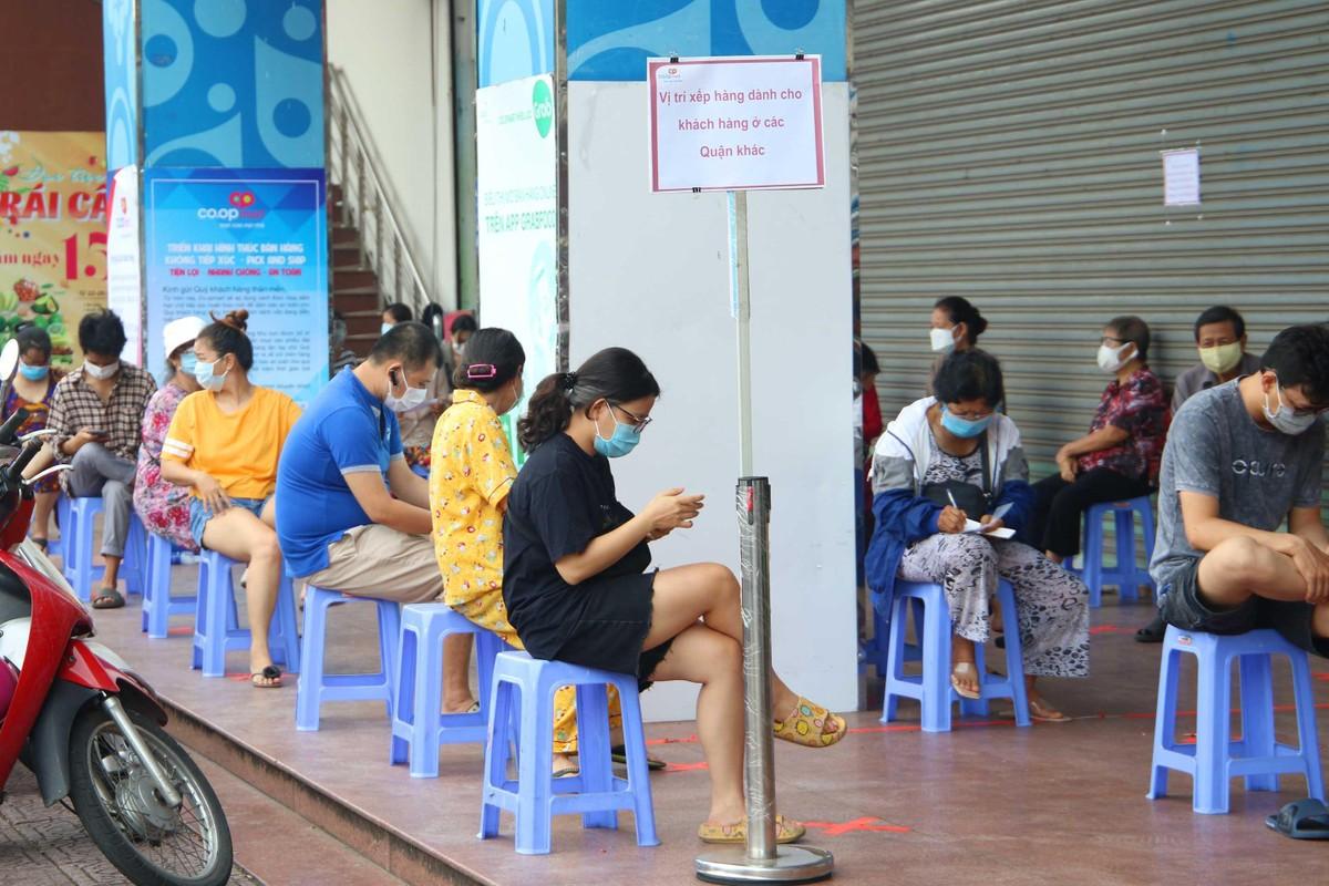 TP.HCM: Người dân tuân thủ 5k khi đi mua thực phẩm thiết yếu ảnh 2