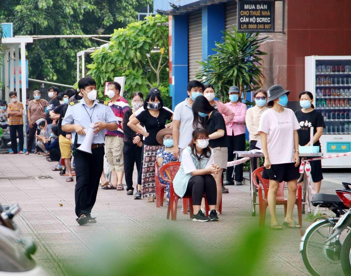 TP.HCM: Người dân tuân thủ 5k khi đi mua thực phẩm thiết yếu ảnh 4