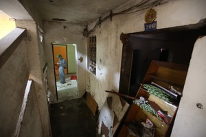 """Cận cảnh chung cư bỏ hoang khiến nhiều người """"lạnh gáy"""" ở Hà Nội"""