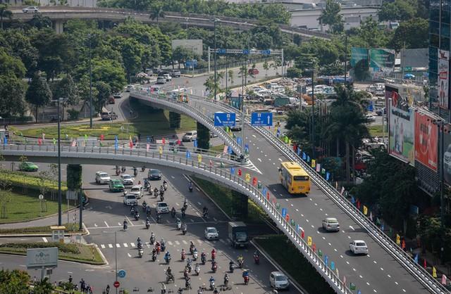 Cầu vượt vào sân bay Tân Sơn Nhất thông thoáng ngày khánh thành ảnh 2