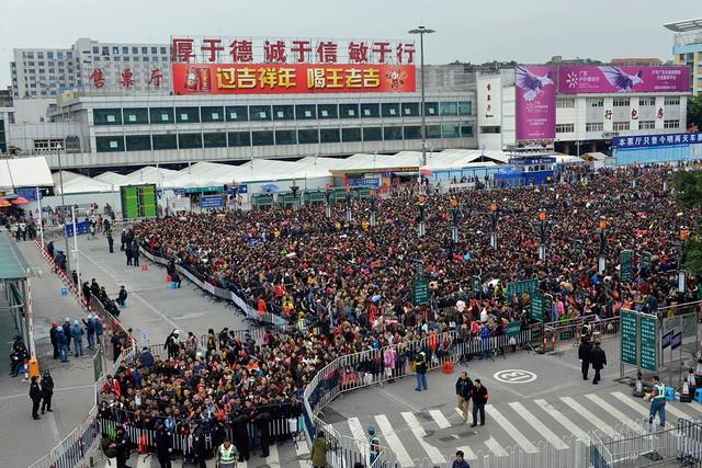 Người dân Trung Quốc đổ xô ra nước ngoài đón tết ảnh 1