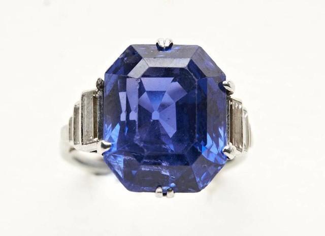 Tìm được nhẫn kim cương khi dọn nhà mẹ chồng, bán được 2,3 tỷ đồng ảnh 1