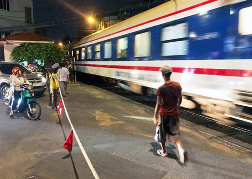 Ôtô húc văng barie tàu hỏa ở Sài Gòn, giao thông hỗn loạn ảnh 1