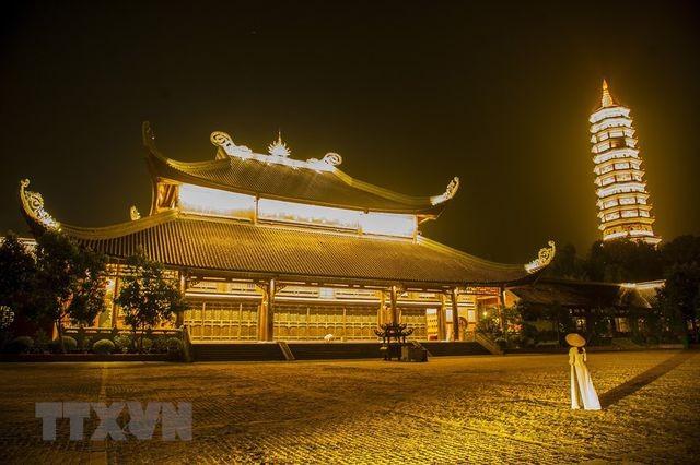 Khám phá vẻ đẹp về đêm của ngôi chùa lớn nhất Việt Nam ảnh 1