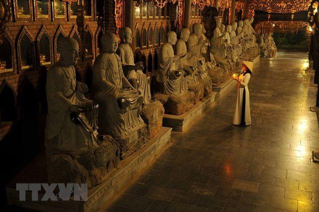 Khám phá vẻ đẹp về đêm của ngôi chùa lớn nhất Việt Nam ảnh 2