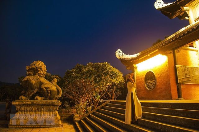 Khám phá vẻ đẹp về đêm của ngôi chùa lớn nhất Việt Nam ảnh 3