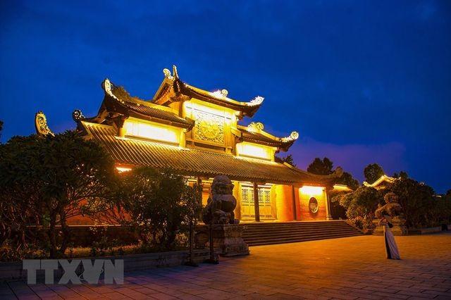 Khám phá vẻ đẹp về đêm của ngôi chùa lớn nhất Việt Nam ảnh 4