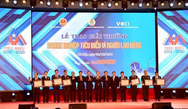 """Vietcombank được Thủ tướng Chính phủ tặng Bằng khen """"Doanh nghiệp tiêu biểu vì người lao động"""" ảnh 1"""