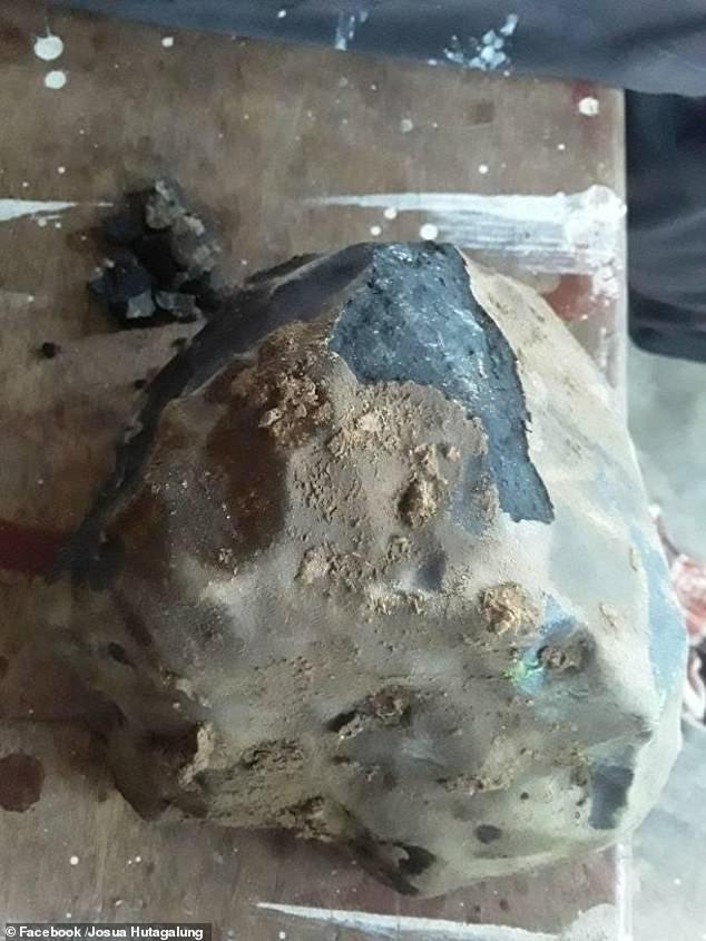 Đang yên đang lành bỗng dưng mảnh thiên thạch trị giá hơn 40 tỷ rơi vào nhà ảnh 1