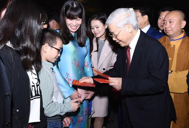 Tổng bí thư mừng tuổi cho trẻ em ở Hồ Gươm ảnh 8