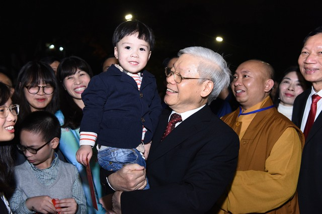 Tổng bí thư mừng tuổi cho trẻ em ở Hồ Gươm ảnh 9