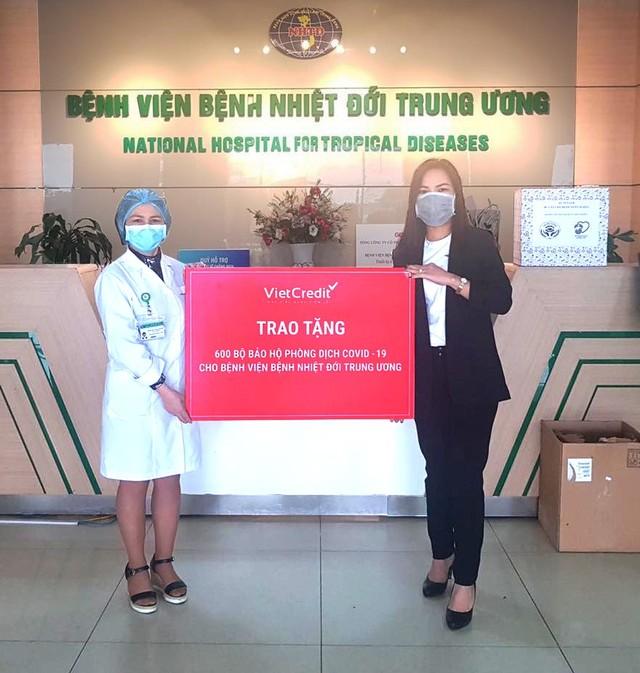 VietCredit trao tặng bệnh viện 1.200 bộ đồ bảo hộ, chung tay chống dịch Covid-19 ảnh 1