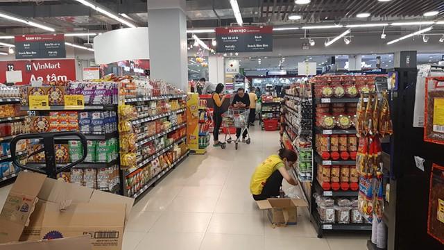 Lương thực, thực phẩm đầy ắp kệ siêu thị, người dân thoải mái mua sắm ảnh 1