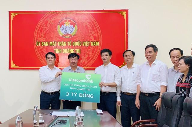 Vietcombank ủng hộ 11 tỷ đồng, chung tay cùng cán bộ, chiến sỹ và đồng bào miền Trung vượt qua khó khăn trước thiên tai, lũ lụt ảnh 1
