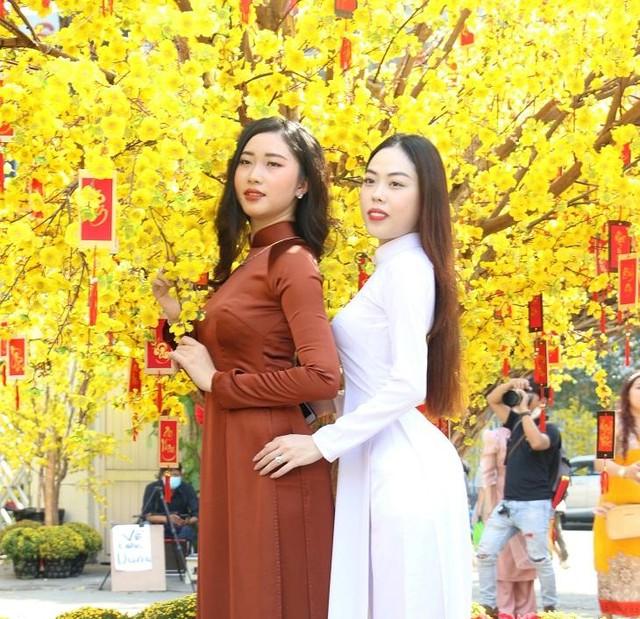 Thiếu nữ Sài Gòn xuống phố check-in đón mùa Xuân tới ảnh 1