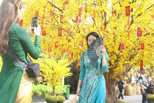 Thiếu nữ Sài Gòn xuống phố check-in đón mùa Xuân tới ảnh 3