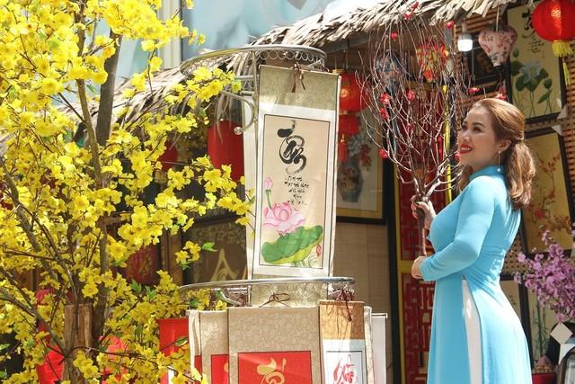 Thiếu nữ Sài Gòn xuống phố check-in đón mùa Xuân tới ảnh 7