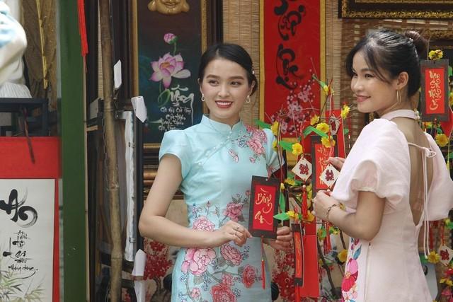 Thiếu nữ Sài Gòn xuống phố check-in đón mùa Xuân tới ảnh 8