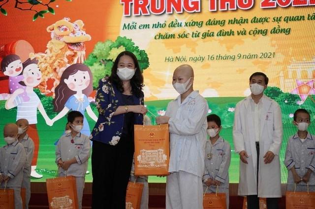 Phó Chủ tịch nước Võ Thị Ánh Xuân tặng quà Trung thu cho bệnh nhi ảnh 1