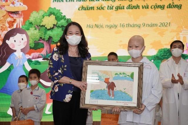 Phó Chủ tịch nước Võ Thị Ánh Xuân tặng quà Trung thu cho bệnh nhi ảnh 2