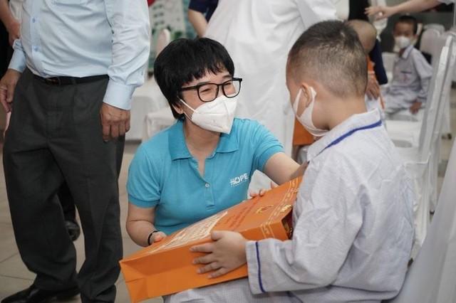 Phó Chủ tịch nước Võ Thị Ánh Xuân tặng quà Trung thu cho bệnh nhi ảnh 3