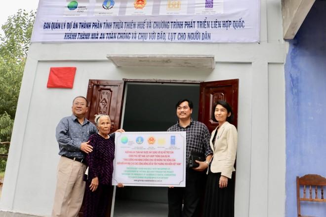 Người dân Thừa Thiên Huế nhận nhà an toàn. Ảnh: UNDP.