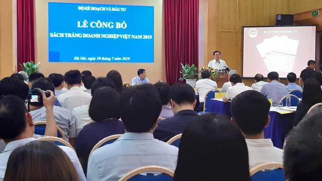 Phó Thủ tướng Chính phủ Vương Đình Huệ đánh giá cao nỗ lực của Bộ Kế hoạch và Đầu tư trong việc hoàn thiện và công bố Sách trắng Doanh nghiệp Việt Nam 2019. Ảnh: Thành Nguyễn.