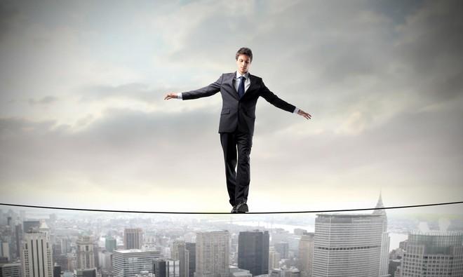 """Với sự trồi sụt bất thường của thị trường, nhiều F0 mang tâm trạng đi trên dây giữa """"xả"""" - """"ôm"""" - """"mua"""". Ảnh: Shutterstock."""