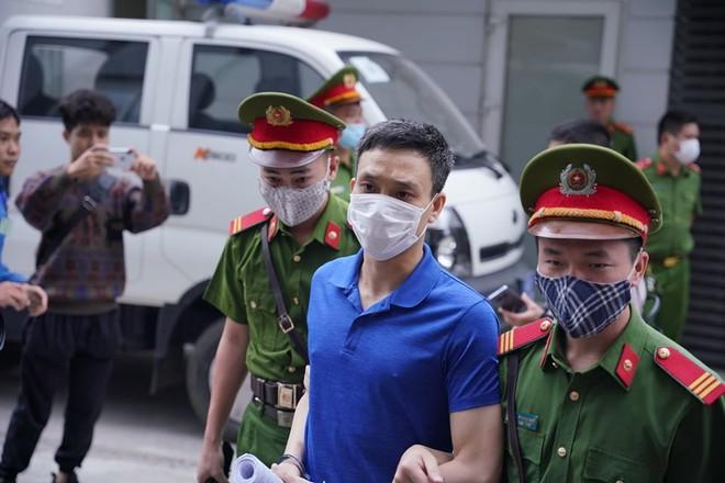 Dẫn giải các bị cáo đến phiên tòa