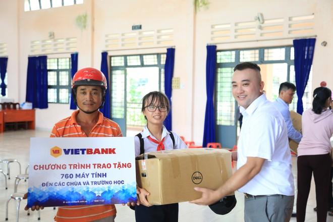 Ông Nguyễn Nguyên Hoàng – Phó giám đốc Trung tâm Marketing Vietbank trao máy tính đến các trường học tại huyện Cần Giờ.