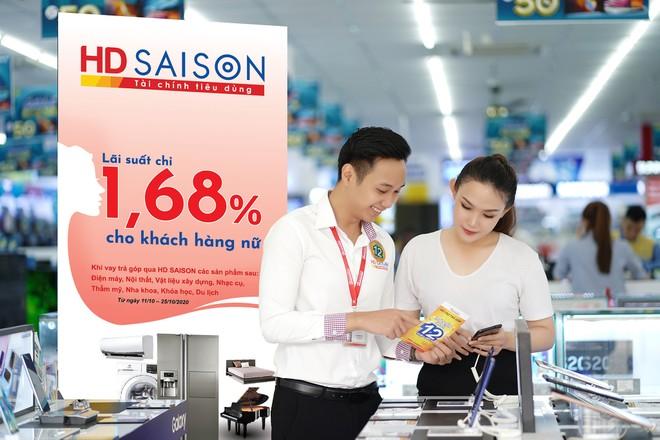 HD SAISON tặng quà khách hàng nữ nhân dịp 20/10