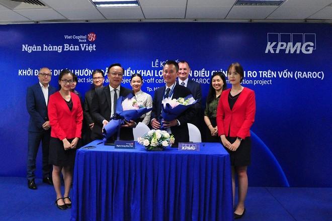 Ông Lý Công Nha (Giám đốc khối tài chính Ngân hàng Bản Việt) ký kết cùng ông Phạm Đỗ Nhật Vinh - Giám đốc tư vấn dịch vụ tài chính và ngân hàng KPMG