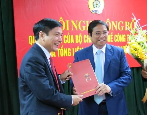 Đồng chí Phạm Minh Chính trao Quyết định cho đồng chí Bùi Văn Cường.