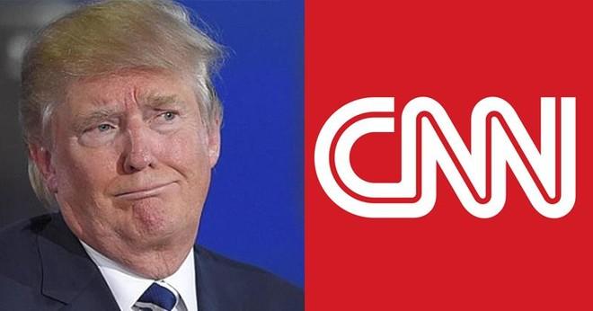 """Donald Trump nhiều lần gọi CNN là """"kênh tin giả"""" và """"kẻ thù của người dân""""."""