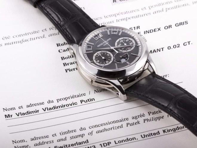 Chiếc Patek Philippe 5208P và hồ sơ đấu giá có điền tên chủ chiếc đồng hồ là ông chủ điện Kremlin, tổng thống Nga Vladimir Putin. Ảnh: Monaco Legend Auctions.