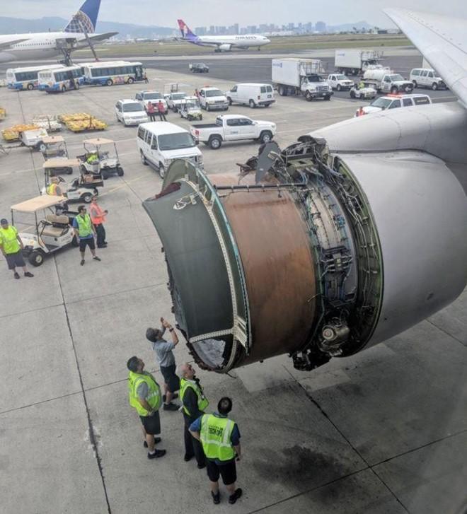 Động cơ vỡ giữa trời, máy bay United Airlines hạ cánh khẩn ảnh 1