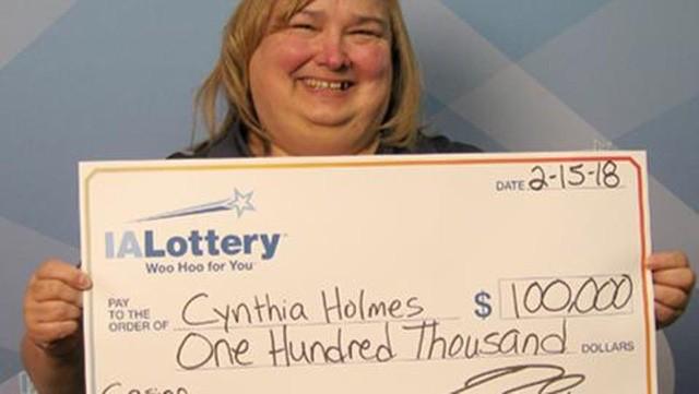 Bà Cynthia đã trúng số giải trị giá 100.000 USD bởi tờ vé là món quà Valentine từ chồng. (Nguồn: Iowa Lottery)