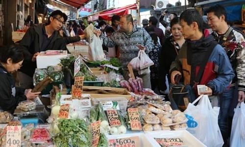 Người dân mua sắm tại một khu chợ ở Nhật Bản. Ảnh: AFP.