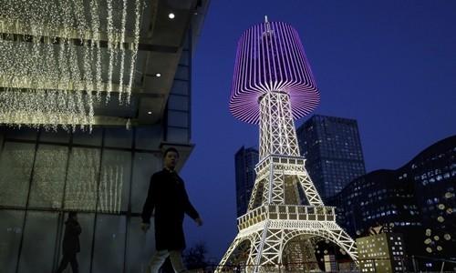 Bản sao tháp Eiffel ở Bắc Kinh rực rỡ đèn trang trí Giáng sinh. Ảnh: AP.
