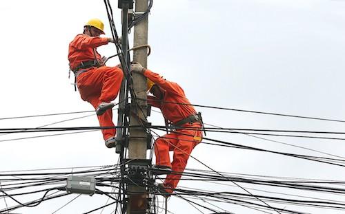 Công nhân ngành điện sửa chữa đường dây lưới điện. Ảnh: Ngọc Thành.