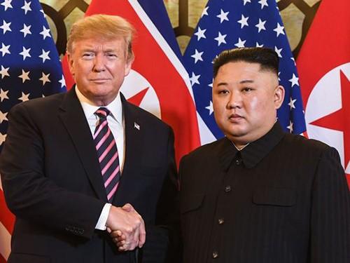 Tổng thống Mỹ Donald Trump và lãnh đạo Triều Tiên Kim Jong-un trong hội nghị thượng đỉnh ở Hà Nội hồi tháng hai. Ảnh: Reuters.