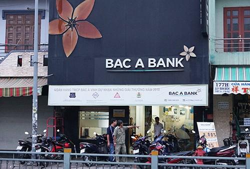 Cảnh sát làm việc với các nhân viên ngân hàng. Ảnh: Minh Tân.