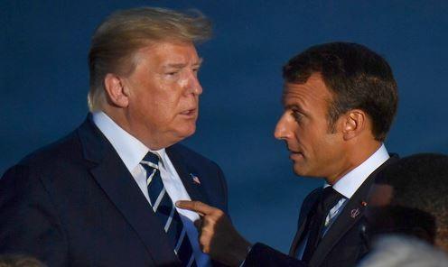 Tổng thống Trump (trái) và Tổng thống Macron trong buổi chụp hình tối 25/8. Ảnh: AFP.