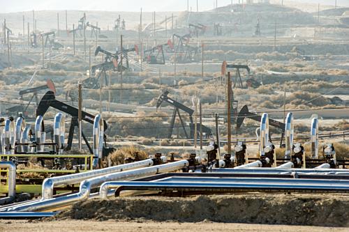 Khu vực khai thác dầu đá phiến tại Kern County, California, Mỹ. Ảnh: WSJ
