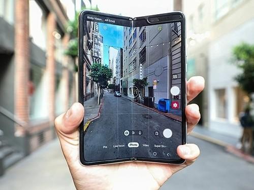 Galaxy Fold sẽ là smartphone màn hình gập đầu tiên được bán chính hãng ở Việt Nam. Ảnh: Gulfnews