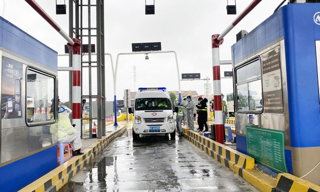 Xe cấp cứu bị dừng để kiểm tra tại trạm thu phí phía nam thành phố Ôn Châu, tỉnh Chiết Giang hôm 6/2. Ảnh: Washington Post.